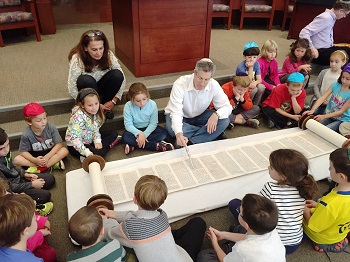 rabbi_teaching_children.jpg