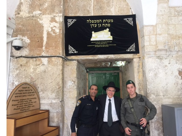 "<span class=""slider_description"">Rabbi Becker expressing appreciation to the security guards at the entrance</span>"