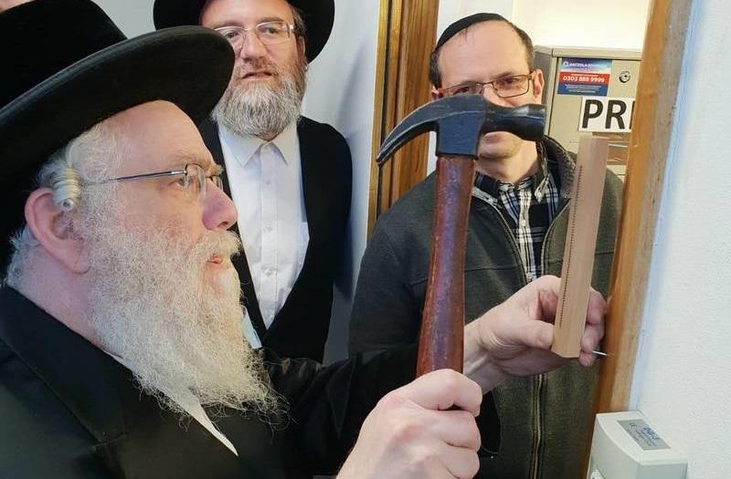 "<span class=""slider_title"">                                     Kvias Mezuzah                                </span>                                                                                                                                                                                       <span class=""slider_description"">Rabbi Schneebalg Shlita affixes the Mezuzah as Rabbi M Davis looks on</span>"