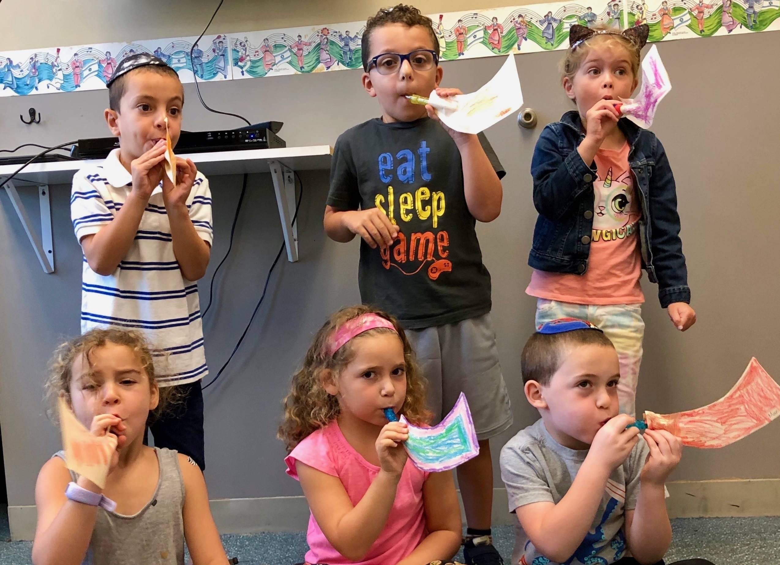 "<span class=""slider_description"">Kindergarteners created their own Shofars</span>"